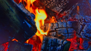 http://deadev.mk-synergie.net/sites/default/files/Sprühende Funken und Glut bei einem Lagerfeuer können zu schweren Verbrennungen führen.